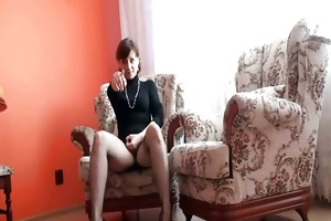 mature lady shows snatch