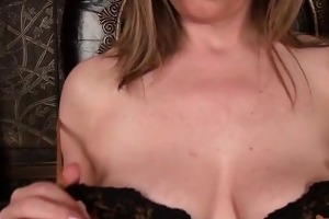 older mom makes her snatch cum