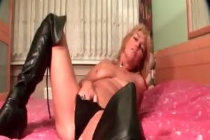 mature blond tramp rubs her soaked cunt in sofa