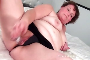 older whore gratifying her fur pie in couch